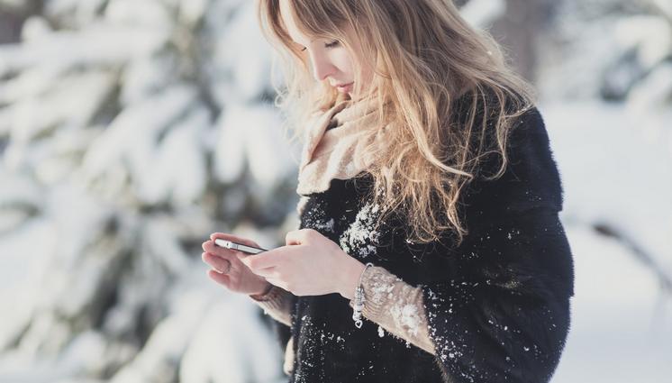 روش صحیح استفاده از گوشی در زمستان